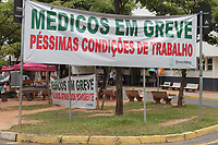 CAMPINAS, SP 26.02.2018 -GREVE/SAUDE-Enfermeiros aderiram &agrave; greve no Hospital Ouro Verde, nesta segunda-feira (26), pedindo um plano de demiss&atilde;o e reclamando da falta de insumos b&aacute;sicos. Eles s&atilde;o funcion&aacute;rios da Vitale, a organiza&ccedil;&atilde;o social que administrava o local e &eacute; investigada por corrup&ccedil;&atilde;o na &aacute;rea da sa&uacute;de.<br /> Desde sexta, a unidade hospitalar atende apenas urg&ecirc;ncia e emerg&ecirc;ncia, porque os m&eacute;dicos e t&eacute;cnicos de enfermagem j&aacute; haviam paralisado as atividades, diante de atrasos dos sal&aacute;rios. (Foto: Denny Cesare/Codigo19)