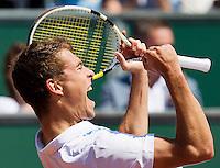 15-07-12, Netherlands,Tennis, ITS, HealthCity Open, Scheveningen, Final,    Jerzy Janowicz   goes wild after defeating Matwe Middelkoop in the final.