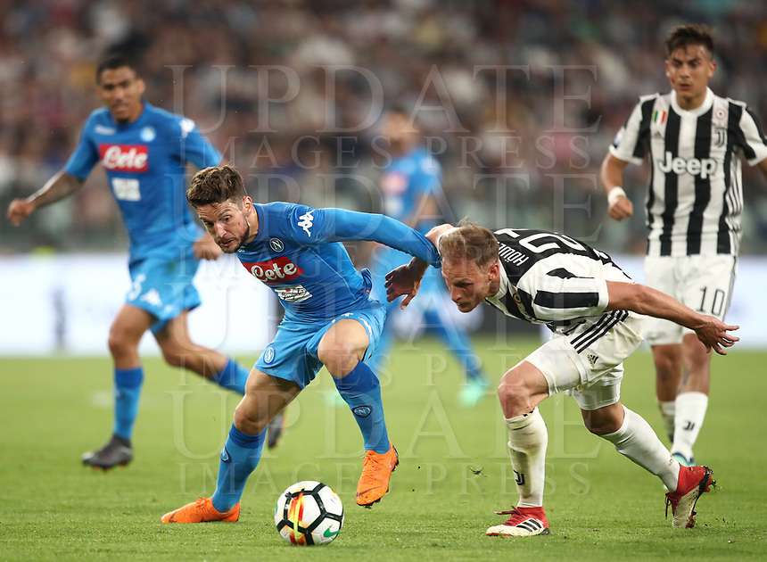 Calcio, Serie A: Juventus - Napoli, Torino, Allianz Stadium, 22 aprile, 2018.<br /> Napoli's Dries Mertens (l) in action with Juventu's Benedikt Howedes (r) during the Italian Serie A football match between Juventus and Napoli at Torino's Allianz stadium, April 22, 2018.<br /> UPDATE IMAGES PRESS/Isabella Bonotto