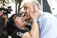 ATENÇÃO EDITOR: FOTO EMBARGADA PARA VEÍCULOS INTERNACIONAIS. SAO PAULO, SP, 25 DE OUTUBRO DE 2012.  ELEIÇAO 2012 SAO PAULO - 2 TURNO -JOSE SERRA.  O candidato do PSDB a prefeitura de Sao Paulo, Jose Serra,  ganha beijo de eleitora durante visita ao Instituto do Cancer na tarde desta quinta feira na zona central de Sao Paulo. FOTO ADRIANA SPACA - BRAZIL PHOTO PRESS