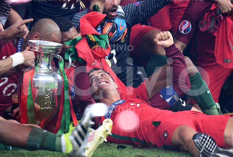 FUSSBALL EURO 2016 FINALE IN PARIS  Portugal - Frankreich          10.07.2016 Jubel Cristiano Ronaldo mit Pokal
