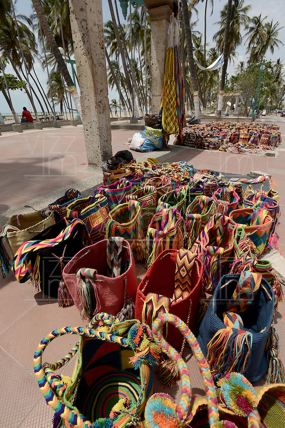 RIOHACHA -COLOMBIA. 30-05-2014. Venta mochilas Wayúu en Riohacha capital del Departamento de la Guajira, Colombia. / Wayuu backpacks at Riohacha capital of the deparment of Guajira, Colombia. Photo: VizzorImage/ Gabriel Aponte / Staff