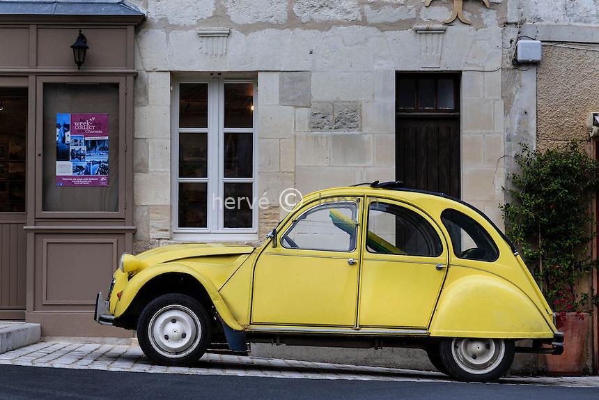 France, Charente (16), Aubeterre-sur-Dronne, labelisé Les Plus Beaux Villages de France, 2 cv sur la Place Trarieux