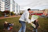 BERLIN, NIEMCY, 9/2009:.Manuel z corkami Leonie, 5 and Zoe, 3, puszcza latawiec na blokowisku Altglienicke w bylej wschodnioniemieckiej dzielnicy Treptow..Dwie dzielnice Berlina; Rudow, znajdujace sie w bylym Berlinie Zachodnim, oraz Treptow, po wschodniej stronie, byly przez lata rozdzielone murem berlinskim. Gdy mur runal, zostaly on z powrotem zjednoczone az do momentU, gdy miedzy nimi wyrosla nowa bariera - autostrada zbudowana wzdluz pasa ziemi niczyjej na ktorej stal mur.  .Fot: Piotr Malecki / Napo Images..Manuel, with his daughters Leonie, 5 and Zoe, 3, playing with a  kite..Two Berlin neighbourhoods - Rudow, on the western side and Treptow in the East, used to be divided by the infamous Berlin Wall until 1989. Now they both are a part of the same Germany, although quite recently they have been divided again, by a new motorway built along the no-man's land of the wall. .Treptow, Berlin, October 2009.(Photo by Piotr Malecki / Napo Images)