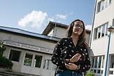 Azra Keljalic, Schülerin vor der Berufsschule in Jajce, Bosnien und Herzegowina. / Azra Keljalic, student  in front of High Vocational School Jajce. Jajce, Bosnia and Herzegovina. // Die Schülerinnen und Schüler in Bosnien und Herzegowina werden getrennt nach Nationalität und Glaubensrichtung unterrichtet. In der Kleinstadt Jajce haben sich Jugendliche dagegen gewehrt.