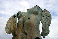 FRANCIA - Parigi - Giardini delle Tuileries - ottobre 2004 - Mostra di sculture di IGOR MITORAJ -.NASCITA DI EROS bronzo 1986.In occasione dell'anno della Polonia vengono presentate a Parigi, dopo Cracovia, Varsavia e Roma una ventina di opere in bronzo e marmo - .Mitoraj nasce il 26/3/1944 a Oederan da madre polacca e padre francese -Ora vive tra Pietrasanta, dove ha lo studio, e Parigi