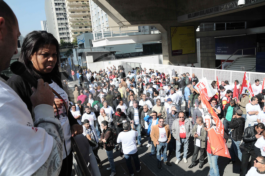 SAO PAULO, SP,04 de julho 2013-  PROTESTO/METALÚRGICOS/CAMPANHA SALARIAL - GERAL - A Federação do Sindicato dos Metalúrgicos do Estado de São Paulo realiza um protesto na Avenida Paulista, em São Paulo (SP), na manhã desta quinta-feira (4). Eles estão protestando por campanha salarial e contra o PL 4330. Após o ato, os metalúrgicos se dirigiram para frente da sede da FIESP, onde esta sendo realizando uma assembleia.ADRIANO LIMA / BRAZIL PHOTO PRESS).