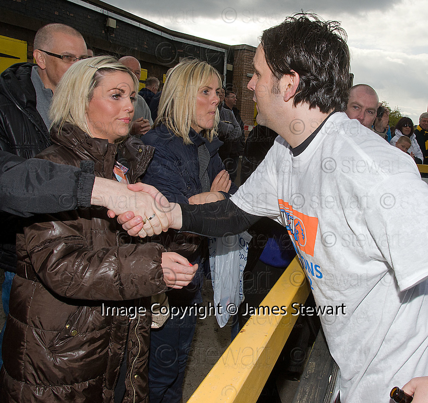 Alloa manager Paul Hartley celebrates with his sisiters, after lifting the 3rd division trophy.