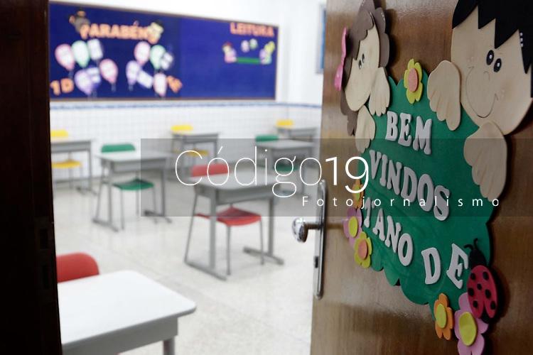Campinas (SP), 23/07/2020 - ESCOLA - Escola particular da cidade de Campinas (SP) ja faz os preparativos para receber os estudantes na unidade, medidas como totens de álcool em gel e a redução de carteiras e o distanciamento mínimo de 1,5m foram adotados. A unidade também medirá a temperatura dos estudantes na entrada.<br /> Para que as aulas presenciais estejam autorizadas a voltar é necessário que todas as cidades estejam na fase amarela do Plano São Paulo.<br /> Campinas atualizou na manhã de hoje (23) os números da covid-19 na cidade. O novo boletim registra mais 25 mortes confirmadas, e o aumento de 469 casos registrados da doença. Com a atualização, a cidade chegou ao número de 603 óbitos, e o total de 14.962 casos confirmados.