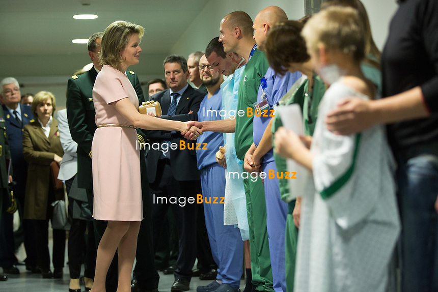 La Reine Mathilde de Belgique lors d'une visite &agrave; l&rsquo;H&ocirc;pital Militaire Reine Astrid &agrave; Neder-over-Heembeek, dans le service des grands br&ucirc;l&eacute;s.<br /> Belgique, Bruxelles, 1er mars 2016.<br /> Queen Mathilde of Belgium during a visit to the military hospital Reine Astrid in Neder-over-Heembeek.<br /> Belgium, Brussels, 1st March 2016