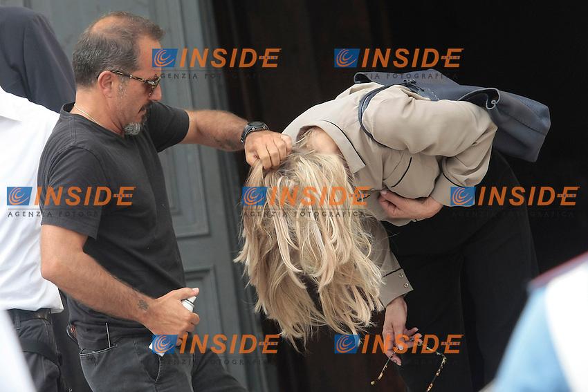 Sharon Stone is put hair spray<br /> Sharon Stone mentre gli vengono sistemati i capelli<br /> Roma 18/07/2013 Piazza del Popolo. Primo giorno di riprese per il film 'Il ragazzo d'oro'. <br /> Piazza del Popolo, first day of shooting for the film 'Il ragazzo d'oro'.<br /> Photo Samantha Zucchi Insidefoto