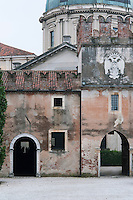 These stables form part of the estate buildings at the Castello di Thiene near Vicenza and reflect the owners' wish to provide their horses with suitably impressive architecture
