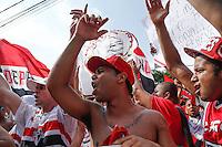 SÃO PAULO, SP, 28.11.2015 - SÃO PAULO-FIGUEIRENSE - Torcedores do São Paulo Futebol Clube fazem protesto antes da partida contra o Figueirense em jogo válido pela 37ª rodada do Campeonato Brasileiro 2015 no Estádio Cicero Pompeu de Toledo, zona sul de São Paulo, neste sábado, 28. (Foto: Adriana Spaca/Brazil Photo Press)