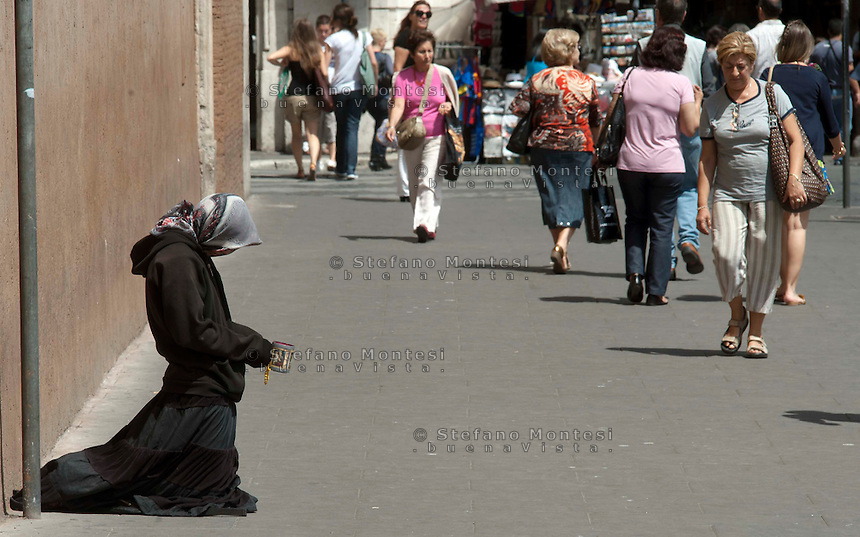 Roma  9 Giugno 2011.Una donna Rom chiede l'elemosina in Piazza Venezia.<br /> Rome June 9, 2011. <br /> A Roma woman  asks for alms in Piazza Venezia
