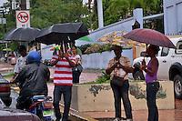 Aguaceros en todo el territorio Nacional, cientos de personas salen a las calles cubriendose de la lluvia con sus paraguas..Ciudad: Santo Domingo.Fotos:  Carmen Suárez/acento.com.do.Fecha: 06/06/2011.