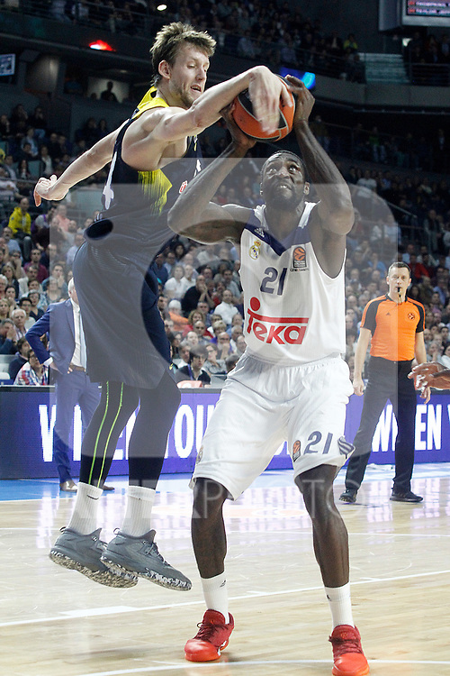 Real Madrid's Othello Hunter (r) and Fenerbahce Istambul's Jan Vesely during Euroleague, Regular Season, Round 29 match. March 31, 2017. (ALTERPHOTOS/Acero)