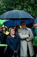 Berlin, Die Spitzenkandidaten zur Bundestagswahl, der Fraktionsvorsitzende der Gruenen im Bundestag, Juergen Trittin, und die Fraktionsvorsitzende von Buendnis90/Die Grünen im Bundestag und Direktkandidatin, Renate Kuenast, stehen am Freitag (20.09.13) bei einer Wahlkampfveranstaltung von Bündnis 90 / Die Grünen unter einem Regenschirm. Foto: Steffi Loos/CommonLens