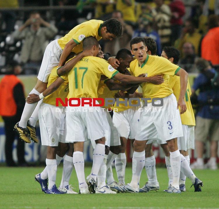 FIFA WM 2006 -  Gruppe F Vorrunde ( Group AF)<br /> Play   #43 (22-Jun) - Japan vs Brasilien 1:4<br /> <br /> Die Spielertraube von Brasilien bejubelt das Tor zum 3:1 durch Gilberto (Mitte).<br /> <br /> Foto &copy; nordphoto