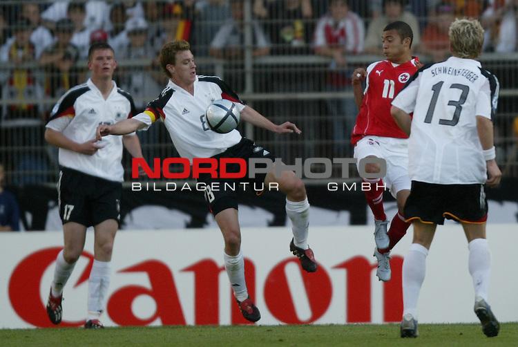 U21 - EM 2004 - Gruppe B<br /> Deutschland vs. Schweiz 2:1<br /> Hanno Balitsch (2. v. links) von Deutschland im Zweikampf mit Johan Vonlanthen (2. v. rechts) von der Schweiz. Alexander Madlung (links) und Bastian Schweinsteiger (rechts) von Deutschland mit im Foto.<br /> Foto &copy; nordphoto - Ruediger Lampe<br /> <br />  *** Local Caption *** Foto ist honorarpflichtig! zzgl. gesetzl. MwSt.<br />  Belegexemplar erforderlich<br /> Adresse: nordphoto<br /> Georg-Reinke-Strasse 1<br /> 49377 Vechta