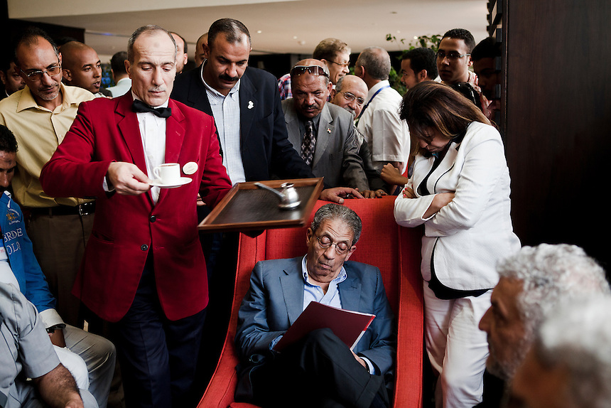 A waiter serves a cup of coffee to former Arab League leader and presidential candidate Amr Moussa at a campaign event in Alexandria, Egypt, May 18, 2012. Photo: ED GILES.