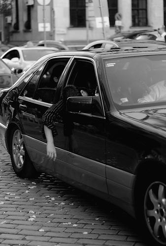 Ein betrunkener Abiturient läßt seinen Kopf aus dem Autofenster hängen. Abschlussfeiern von Abiturienten in Bulgarien. / Graduate is holding his head out of the car window, after drinking alcohol. High-School graduation parties in Bulgaria.