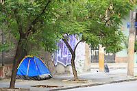 SAO PAULO, SP, 08 DE JANEIRO DE 2012 - Viciados expulsos da Cracolandia, regiao central da cidade,montam barraca na Rua Baronesa de Itu, no bairro de Higianopolis, nesta tarde de domingo (07), tambem na reigao central da cidade.  Foto Ricardo Lou - News Free