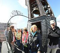 Führerin Annette Hochberg (TU Darmstadt, 2vl) erklärt der Besuchergruppe auf dem Glockenturm im Residenzschloss das Glockenspiel