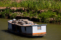 Sao Francisco_MG, Brasil...Barco proximo a margem do rio Sao Francisco...A boat next to Sao Francisco shore...Foto: LEO DRUMOND /  NITRO