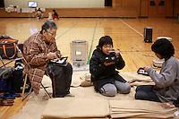 HHY21. HACHINOHE (JAPÓN), 14/3/2011.- Residentes descansan en un centro de evacuación en Hachinohe en la prefectura de Aomori (Japón) hoy, lunes, 14 de marzo de 2011. El centro de evacuación hospeda a más de mil vecinos que se han quedado sin nada después de que el terremoto y el posterior tsunami devastaran sus hogares el pasado 11 de marzo de 2011. Muchos residentes han regresado a sus hogares aunque todavía muchos permanecen en los centros de evacuación al no poder volver a sus hogares debido a las réplicas que desde el viernes sacuden sus casas ahora casi derruidas. EFE/How Hwee Young
