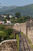 France, Pyrénées-Atlantiques (64), Pays-Basque, Saint-Jean-Pied-de-Port, Chemin de ronde des fortifications // France, Pyrenees Atlantiques, Basque Country, Saint Jean Pied de Port, Walkway fortifications