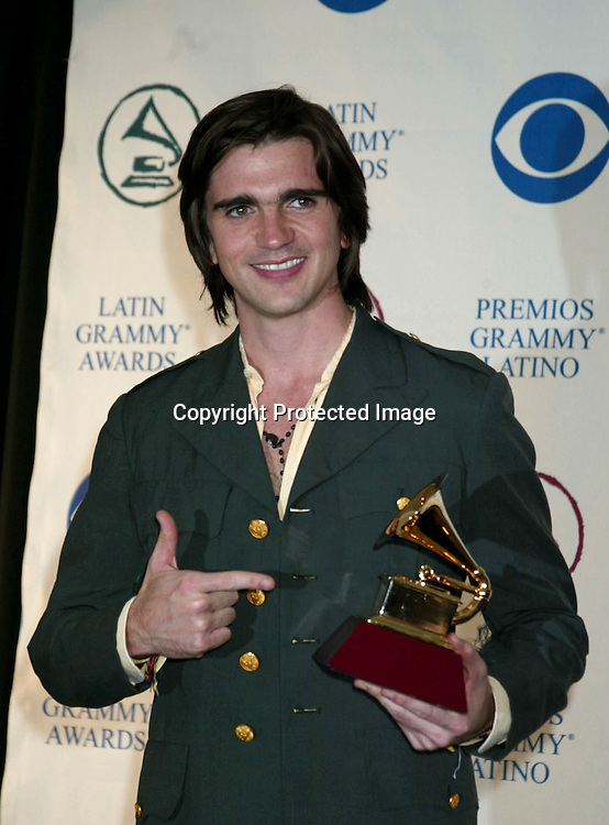 ©2002 AURA BLANDINO/ HUTCHINS PHOTO.LATIN GRAMMY AWARDS.KODAK THEATRE.HOLLYWOOD, CA.9/18/02.JUANES