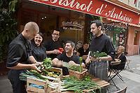 Europe/France/Provence-Alpes-Côte d'Azur/06/Alpes-Maritimes/Nice:  Restaurant: Le Bistrot d'Antoine  Armand Crespo restaurateur et son chef Sébastien Krieger au retour du marché avec la brigade
