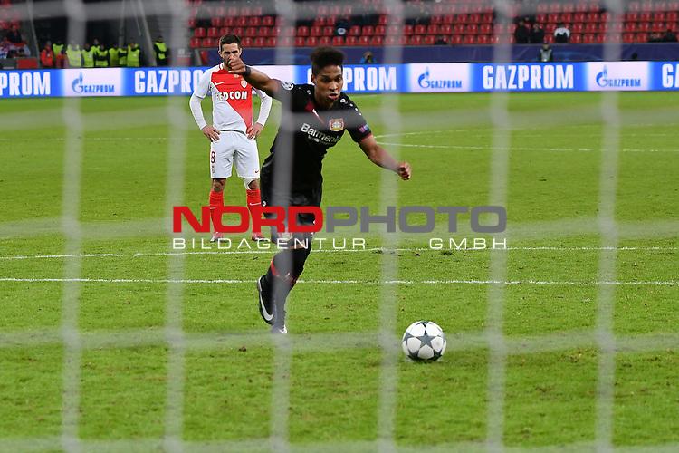 07.12.2016, BayArena, Leverkusen, Gruppe E, GER, Bayer 04 Leverkusen (GER) vs. AS Monaco (FRA)<br /> im Bild:<br /> 11 Meter f&uuml;r Leverkusen Wendell (Leverkusen #18), maxcht ihn rein <br /> <br /> <br /> <br /> Foto &copy; nordphoto / Meuter