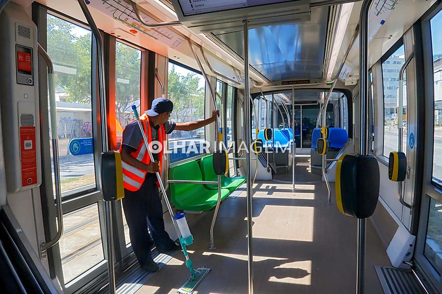 Trabalho de limpeza do VLT, Rio de Janeiro. 2019. Foto © Juca Martins