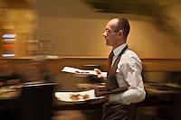 Amérique/Amérique du Nord/Canada/Québec/Montréal: Service au Birks Café par Europa, installé dans la plus vieille bijouterie du Canada, le lieu le plus jeune et le plus dans le vent : ce café mode est signé Jérôme Ferrer. [Non destiné à un usage publicitaire - Not intended for an advertising use]