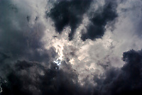 Milano, cielo nuvoloso, nuvole nere --- Milan, cloudy sky, black clouds