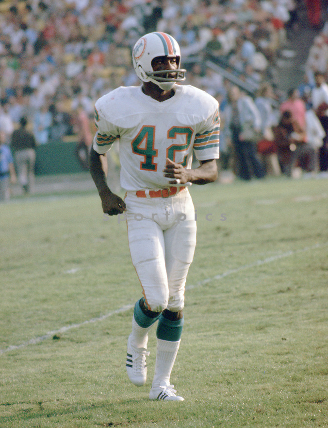 Miami Dolphins Paul Warfield (42) during a game from his career with the Miami Dolphins. Paul Warfield  played for 13 season with 2 different teams, was a 8-time Pro Bowler and was inducted into the Pro Football Hall of Fame in 1983.(SportPics)
