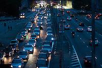 ÃO PAULO-SP-17,10,2014-TRÂNSITO SÃO PAULO -O Motorista enfrenta retenção,grande fluxo e segue com velocidade moderada no Corredor Leste/Oeste ambos sentidos.Região central da cidade de São Paulo,na tarde dessa Sexta-Feira,17(Foto:Kevin David/Brazil Photo Press)