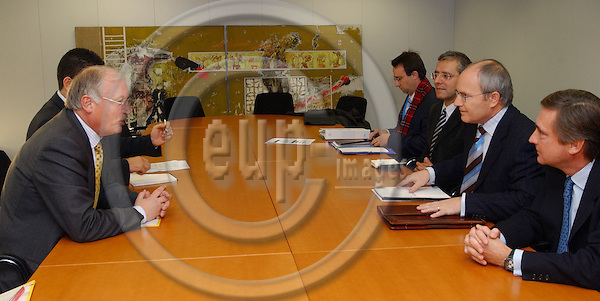 Brussels-Belgium - November 24, 2004---Jose (Jos?) MONTILLA (2.ri), Spanish Minister for Industry, Commerce and Tourism, meets with Guenter (G?nter) VERHEUGEN (le), Vice-President of the European Commission and in charge of Enterprise and Industry; at the 'Berlaymont', Headquarters of the EC---Photo: Horst Wagner/eup-images