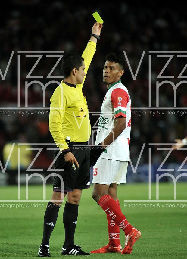 BOGOTA - COLOMBIA - 01-03-2015: Hervin Otero, (Izq.) arbitro, muestra tarjeta amarilla a Juan Roa, jugador del Cortulua, durante partido por la fecha  7 entre Independiente Santa Fe y Cortulua de la Liga Aguila I-2015, en el estadio Nemesio Camacho El Campin de la ciudad de Bogota. / Hervin Otero, (L) referee, shows yellow card to Juan Roa player of Cortulua, during a match of the 7 date between Independiente Santa Fe and Cortulua for the Liga Aguila I -2015 at the Nemesio Camacho El Campin Stadium in Bogota city, Photo: VizzorImage / Luis Ramirez / Staff.