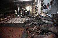 FOTO EMBARGADA PARA VEICULOS INTERNACIONAIS. SAO PAULO, SP, 22/09/2012, INCENDIO BORRACHARIA. Uma borracharia peggou fogo na madrugada desse Sabado (22) na Av Ricardo Jafet numero 800, 8 viaturas atenderam a ocorrencia, ninguem ficou ferido. Luiz Guarnieri/ Brazil Photo Press.