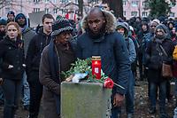 Demonstration am Sonntag den 7. Januar 2018 in Dessau anlaesslich des 13. Todestages des Sierra Leoners Oury Jalloh, der am 7. Januar 2005 unter bislang nicht geklaerten Umstaenden in einer Gewahrsamszelle in der Polizeiwache Wolfgangstrasse, bei lebendigem Leib verbrannte. Der damals wachhabende Dienstgruppenleiter wurde 2012 wegen fahrlaessiger Toetung verurteilt.<br /> Im November 2017 wurde bekannt, dass die Staatsanwaltschaft Dessau-Rosslau davon ausgeht, dass eine Selbstentzuendung durch den gefesselten Oury Jalloh unwahrscheinlich sei und stattdessen den Einsatz von Brandbeschleuniger und die Beteiligung Dritter fuer wahrscheinlich haelt. Der Staatsanwaltschaft wurde jedoch das Verfahren entzogen und an die Staatsanwaltschaft Halle uebergeben die im Oktober 2017 das Verfahren einstellte.<br /> An der Demonstration beteiligten sich ca. 3.500 Menschen.<br /> Im Bild: Demonstrationsteilnehmer an der Gedenkstaette fuer den am 11. Juni 2000 von Rechtsextremen ermordeten Vertragsarbeiter Alberto Adriano. Rechts im Bild: Saliou Diallo, Bruder von Oury Jalloh.<br /> 7.1.2018, Dessau<br /> Copyright: Christian-Ditsch.de<br /> [Inhaltsveraendernde Manipulation des Fotos nur nach ausdruecklicher Genehmigung des Fotografen. Vereinbarungen ueber Abtretung von Persoenlichkeitsrechten/Model Release der abgebildeten Person/Personen liegen nicht vor. NO MODEL RELEASE! Nur fuer Redaktionelle Zwecke. Don't publish without copyright Christian-Ditsch.de, Veroeffentlichung nur mit Fotografennennung, sowie gegen Honorar, MwSt. und Beleg. Konto: I N G - D i B a, IBAN DE58500105175400192269, BIC INGDDEFFXXX, Kontakt: post@christian-ditsch.de<br /> Bei der Bearbeitung der Dateiinformationen darf die Urheberkennzeichnung in den EXIF- und  IPTC-Daten nicht entfernt werden, diese sind in digitalen Medien nach §95c UrhG rechtlich geschuetzt. Der Urhebervermerk wird gemaess §13 UrhG verlangt.]