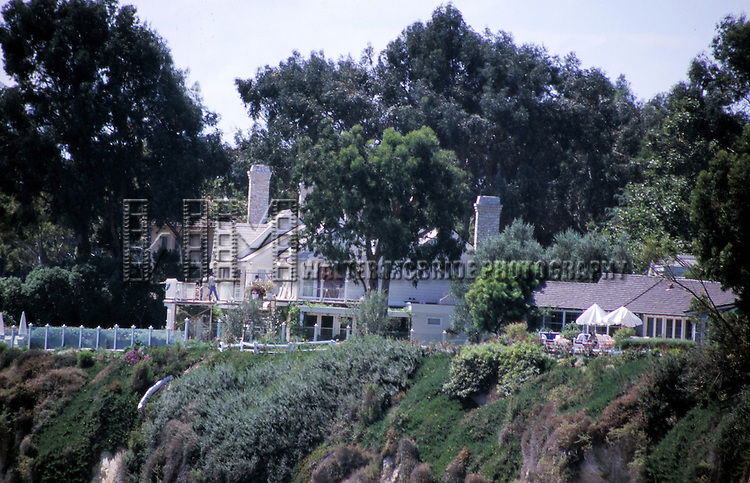 © WALTER McBRIDE /  , USA...BARBRA STREISAND AND HER .NEW HUSBAND JAMES BROLIN  (1997).THEIR NEW SEACLIFF HOME IN THE AREA.KNOWN AS THE QUEENS NECKLESS.MALIBU, CALIFORNIA.CREDIT ALL USES