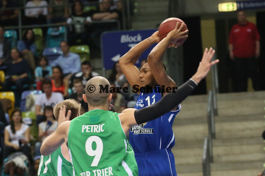 Kevin Bright (Skyliners) gegen Marin Petric (Trier)- Fraport Skyliners vs. TBB Trier, Fraport Arena Frankfurt