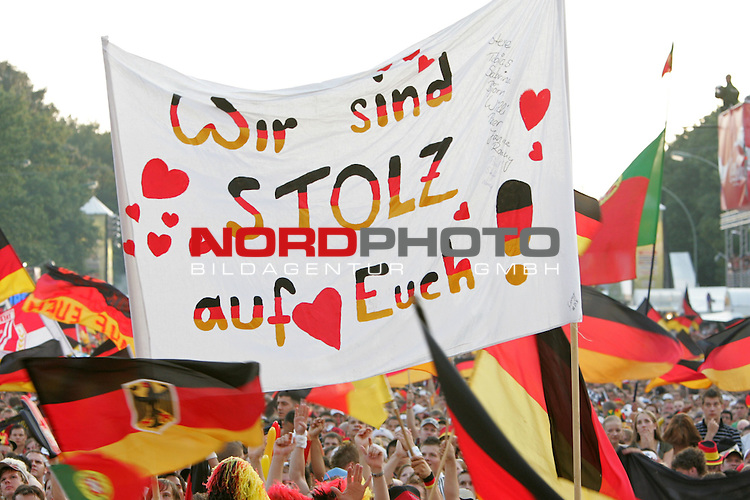 FIFA WM 2006 - Feature Fanmeile Berlin<br /> Play #63 (08-Jul) - Germany vs Portugal.<br /> Supporters from Germany celebrate prior to the match Germany against Portugal at Brandenburger Tor in Berlin with the message: &quot;Wir sind stolz auf euch!&quot;.<br /> Foto &copy; nordphoto
