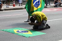 SÃO PAULO,SP,07.09.2013:PROTESTO/BLACK BLOC/VINGADORES/PAULISTA - Protesto de Black Bloc e mascarados Vingadores, em São Paulo (SP), neste sábado (07). Concentração no vão livre do Museu de Arte de São Paulo (MASP). <br />  FOTO: MAURICIO CAMARGO / BRAZIL PHOTO PRESS.