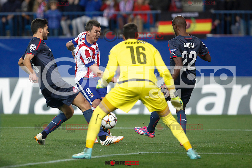 Atletico de Madrid´s Mandzukic (L) and Olympiacos´s goalkeeper Roberto and Abidal during Champions League soccer match between Atletico de Madrid and Olympiacos at Vicente Calderon stadium in Madrid, Spain. November 26, 2014. (ALTERPHOTOS/Victor Blanco) /NortePhoto