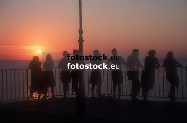 silhouettes of young women in front of sunset in Puerto de S&oacute;ller<br /> <br /> siluetas de mujeres j&oacute;venes delante la puesta del sol en Puerto de S&oacute;ller (cat.: Port Soller)<br /> <br /> Silhouetten junger Frauen vor dem Sonnenuntergang in Puerto de S&oacute;ller<br /> <br /> 2266 x 1500 px<br /> Original: 35 mm slide tranparency