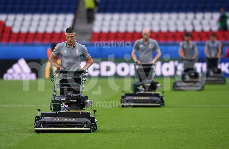 FUSSBALL EURO 2016 GRUPPE C in Paris Nordirland - Deutschland     21.06.2016 Vier Greenkeeper im Prinzenpark Stadion maehen den Rasen nach dem Spiel