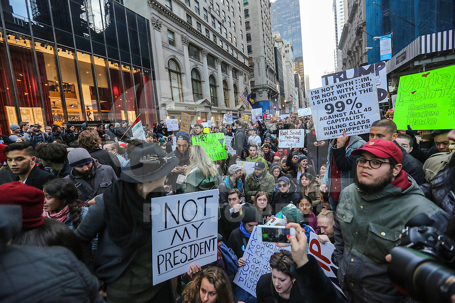 NEW YORK,NY, 12.11.2016 - PROTESTO-NEW YORK - Manifestantes contrario a vitória de Donald J. Trump nas eleições norte-americana durante protesto em Manhattan em New York nos Estados Unidos neste sábado, 12. (Foto: Vanessa Carvalho/Brazil Photo Press)